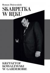 Skarpetka w ręku Krzysztof Kowalewski w garderobie - Roman Dziewoński | mała okładka