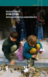 W oblężeniu Życie pod ostrzałem na sarajewskiej ulicy - Barbara Demick | mała okładka