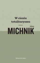 W cieniu totalitaryzmu - Adam Michnik | mała okładka
